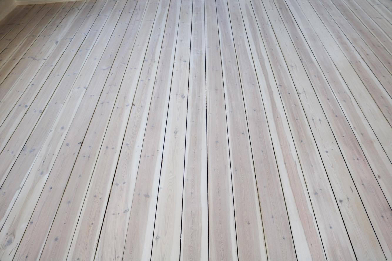 Afslebet plankegulv med hvid lud